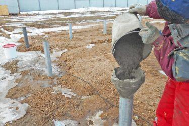 Сваи заливают бетоном полоса бетона