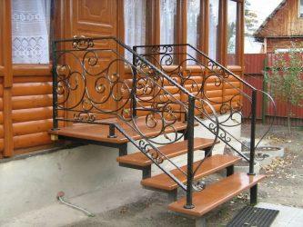 Входная лестница в частный дом из металла