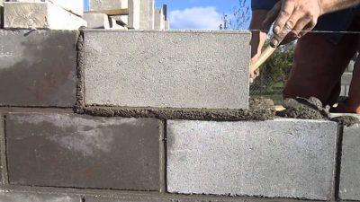 Как правильно класть блоки на раствор?