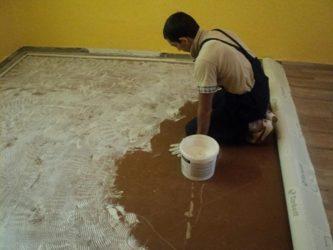 Нужно ли приклеивать линолеум к бетонному полу?